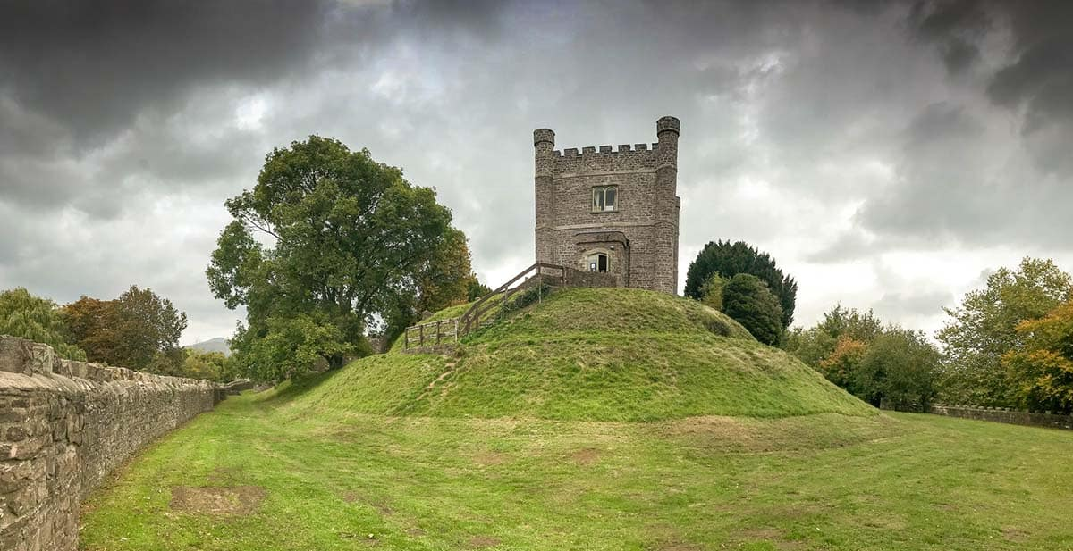 ؛anoramic view of the keep of Abergavenny castle. It now houses the town's museum.