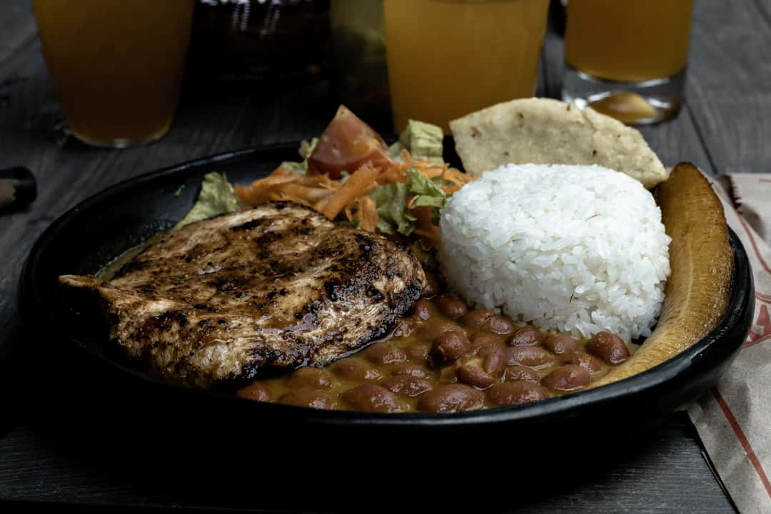 Lunch in Guatapé with chicken, rice, beans and salad